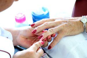 anziani manicure